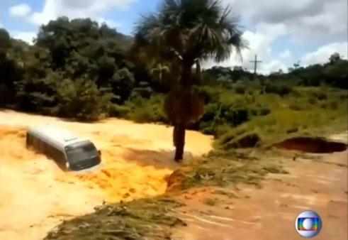 Video: Vodena stihija u Brazilu odnela autobus