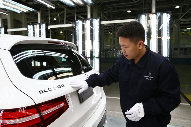 After the successful start of the GLC at the lead plant Bremen, Beijing follows now as the second production site. The new assembly facilities meet the highest standards of modern production in our flexible and efficient production network. /Nach dem erfolgreichen Start des GLC im Leadwerk Bremen folgt Peking nun als zweiter Produktionsstandort. Die neuen Fertigungseinrichtungen des GLC entsprechen modernsten Standards in unserem flexiblen und effizienten Produktionsnetzwerk.