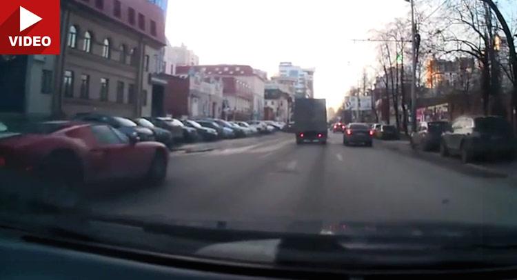 Video: Ford GT udara u  Toyotu i potom beži