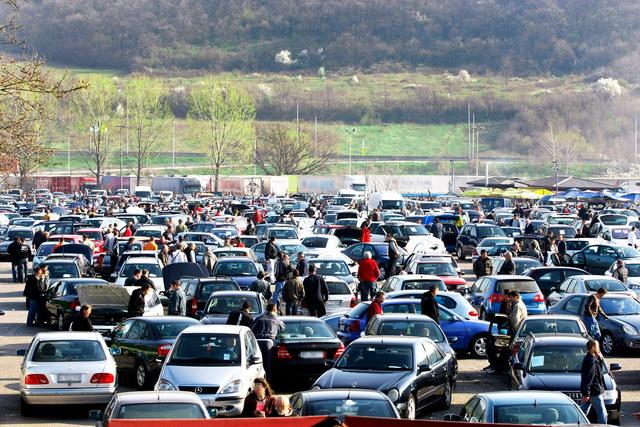 Očajna prodaja na Bubanj Potoku - Pljeskavice bolje prolaze od automobila