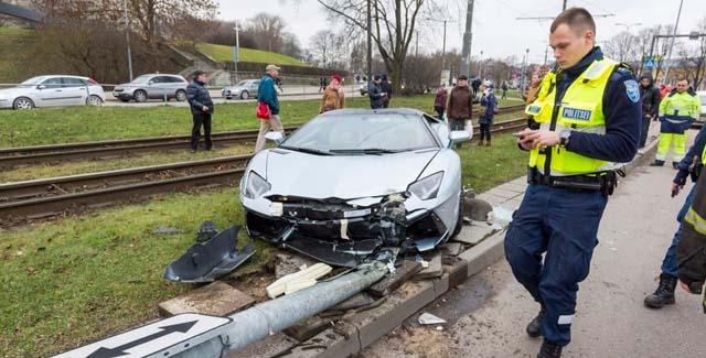 Lamborghini Aventador završio u banderi